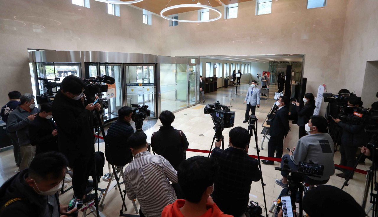 Reporters wait at the entrance of the funeral hall of Samsung Medical Center in Gangnam, Seoul, on Sunday when Samsung Group Chairman Lee Kun-hee passed away. (Yonhap)