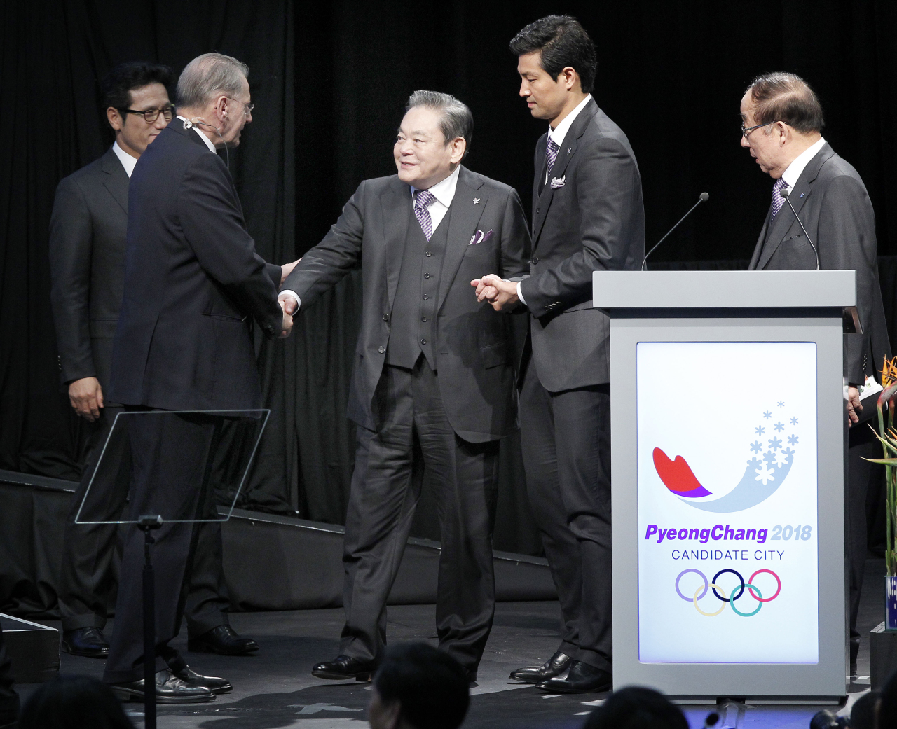 Samsung Group Chairman Lee Kun-hee (center) shakes hands with Jacques Rogge, then president of the International Olympic Committee, after a presentation by the South Korean representatives to pitch PyeongChang, Gangwon Province, in Durban, South Africa, on July 6, 2011. (Yonhap)