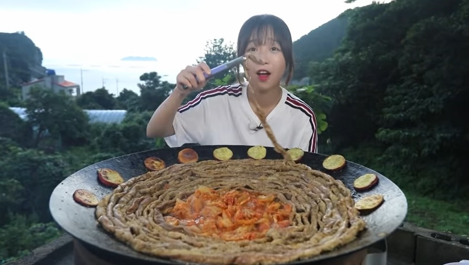 A new video of Tzuyang shows her eating 16 meters of cow intestine (YouTube)