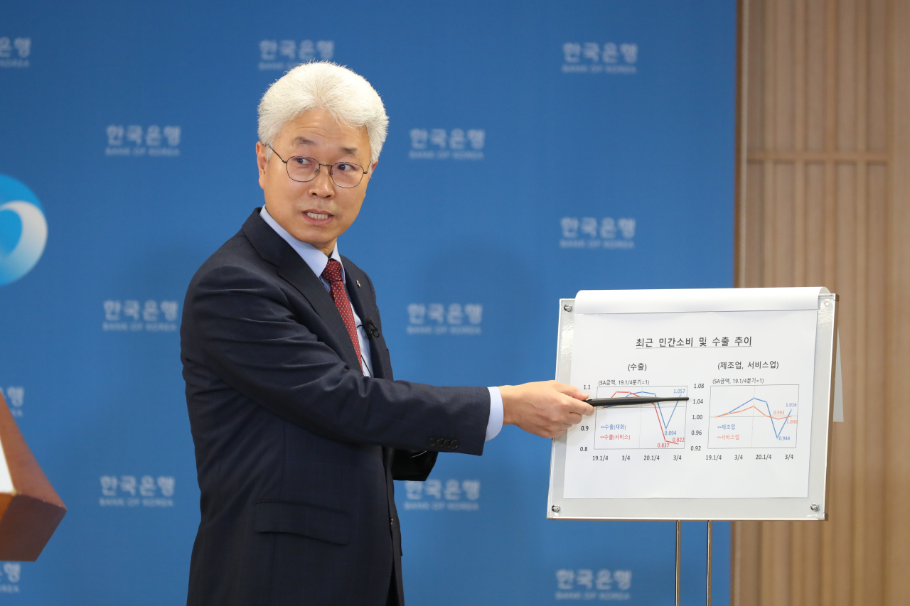 Park Yang-su, economic statistics director at the Bank of Korea, speaks Tuesday in a press briefing. (BOK)