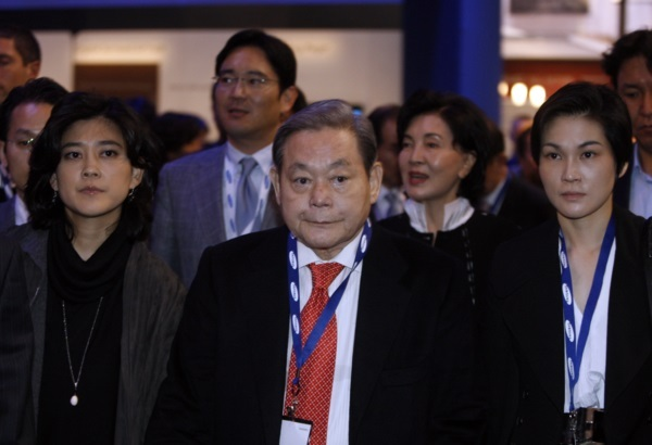 Late Samsung Group Chairman Lee Kun-hee (center) visits the Consumer Electronics Show with his family members, including his daughters -- Lee Boo-jin (left) and Lee Seo-hyun (right) -- in 2010 in Las Vegas. (Yonhap)