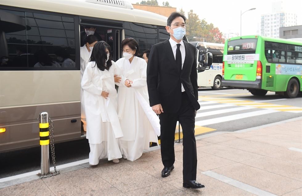 Family members of late Samsung Group chief Lee Kun-hee (Yonhap)