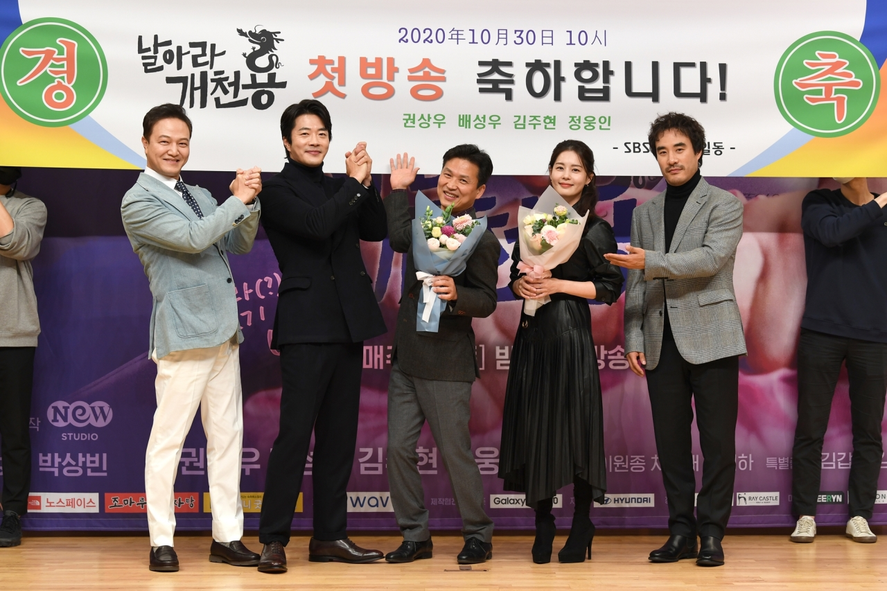 "Director Kwak Jeong-hwan (center) poses with the cast of ""Delayed Justice"" before an online press conference on Tuesday (SBS)"