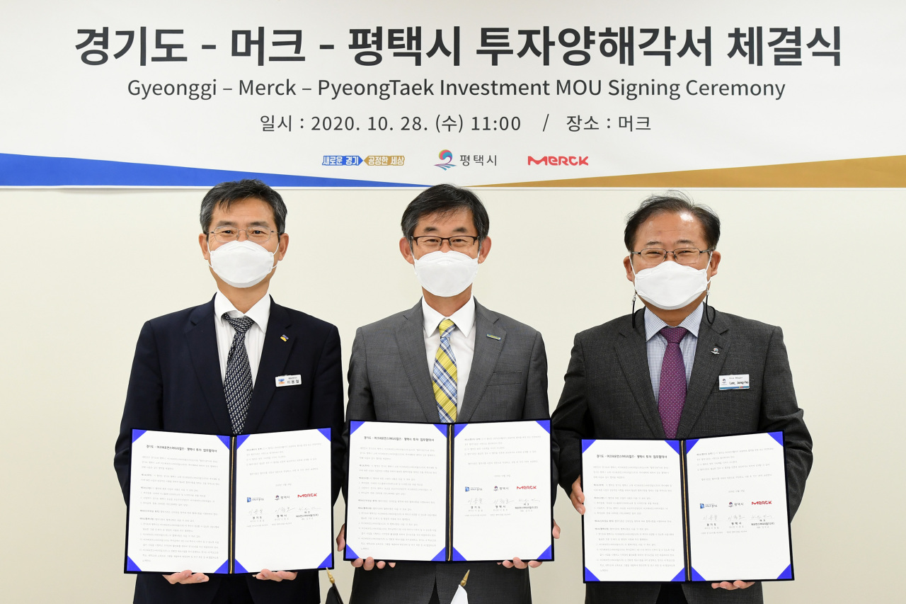 From left: Lee Yong-chul, vice governor for administrative affairs of Gyeonggi Province, Kim Woo-kyu, managing director of Merck Korea, and Lee Jong-ho, vice mayor of Pyeongtaek City pose at an event marking Merck's new investment plan. (Merck)