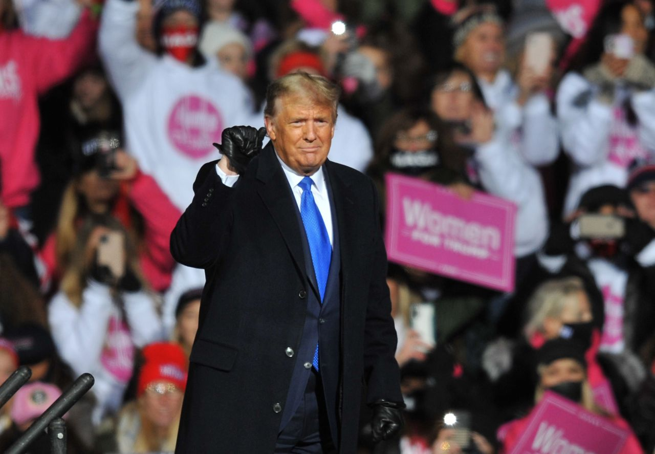 US President Donald Trump speaks during a campaign rally on Tuesday in Omaha, Nebraska. With the presidential election one week away, candidates of both parties are attempting to secure their standings in important swing states. (AFP-Yonhap)