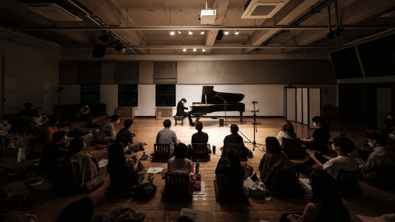 Renowned pianist Park Jong-hae plays at Artist House in Daehangno, central Seoul, at a festival in July. (Kim Shin-joong/The House Concert)