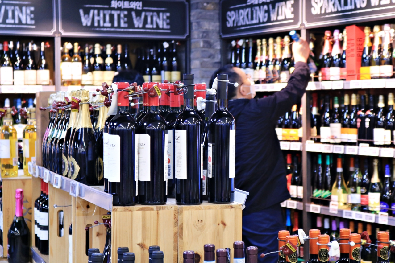 A customer chooses wine at a wine shopping event held in October at E-mart in Yongsan, Seoul. (Son Ji-hyoung/The Korea Herald)