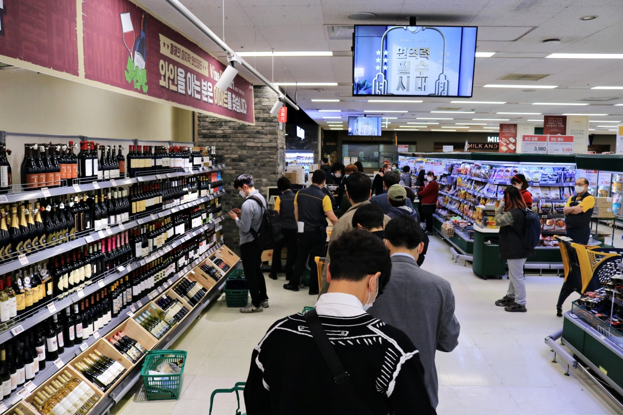 Customers line up to buy wine bottles at a wine shopping event in October at the E-mart discount store in Yongsan, Seoul. (Son Ji-hyoung/The Korea Herald)