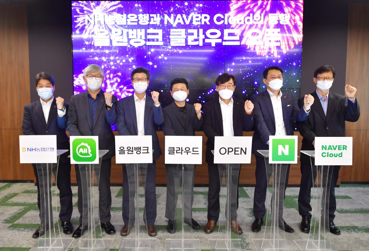 Lee Sang-rae (third from left), vice president of NH NongHyup Bank's digital finance division, Naver Cloud Platform CEO Park Won-ki (fourth from left) and other executives pose for a photo during a ceremony to celebrate the new business partnership between the two companies, Friday at the NH Digital Innovation Campus in Seoul. (NH NongHyup Bank)