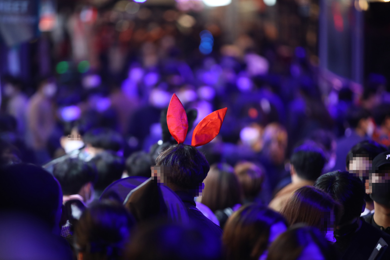 Streets in Itaewon in central Seoul are crowded on Halloween evening on Saturday. (Yonhap)