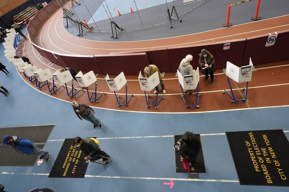 Voters mark their ballots during early voting at the Park Slope Armory YMCA, last Tuesday in the Brooklyn borough of New York. (AP-Yonhap)