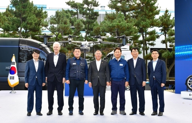 Lee Sang-soo (third from left), head of Hyundai Motor's labor union, and Chairman Chung Euisun (fourth from left) pose for a photo at Hyundai Motor's Ulsan plant on Friday. (Hyundai Motor)
