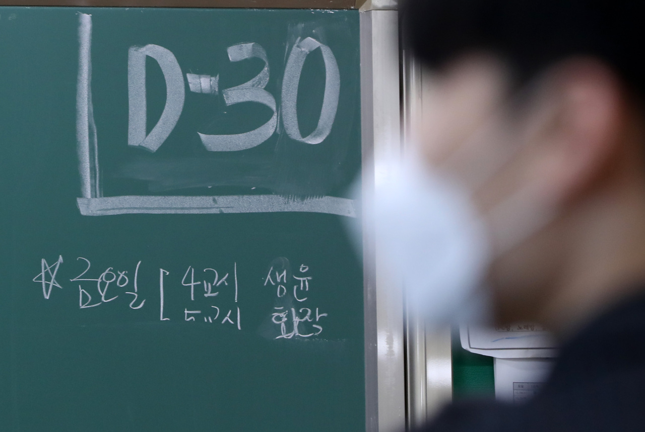 Third-year students at Chuncheon High School in Gangwon Province study in their classroom Tuesday in preparation for the upcoming College Scholastic Aptitude Test, also known as Suneung, just 30 days ahead of the big day. (Yonhap)