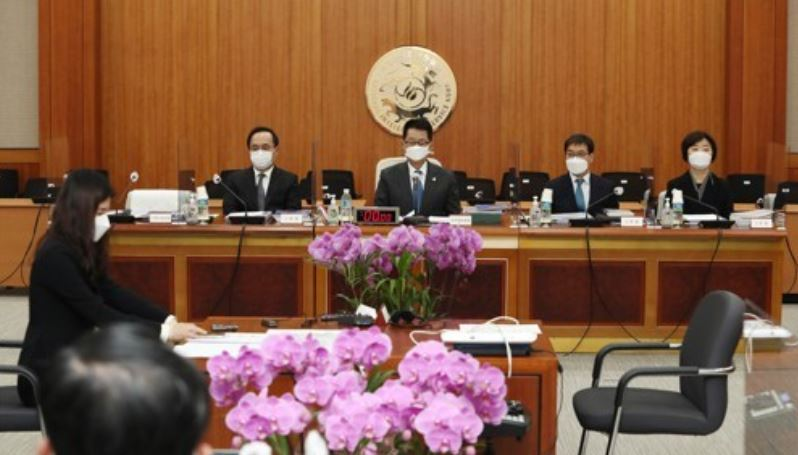 National Intelligence Service chief Park Jie-won (2nd from L) attends an audit session at the Intelligence Committee of the National Assembly in Seoul on Tuesday. (Yonhap)