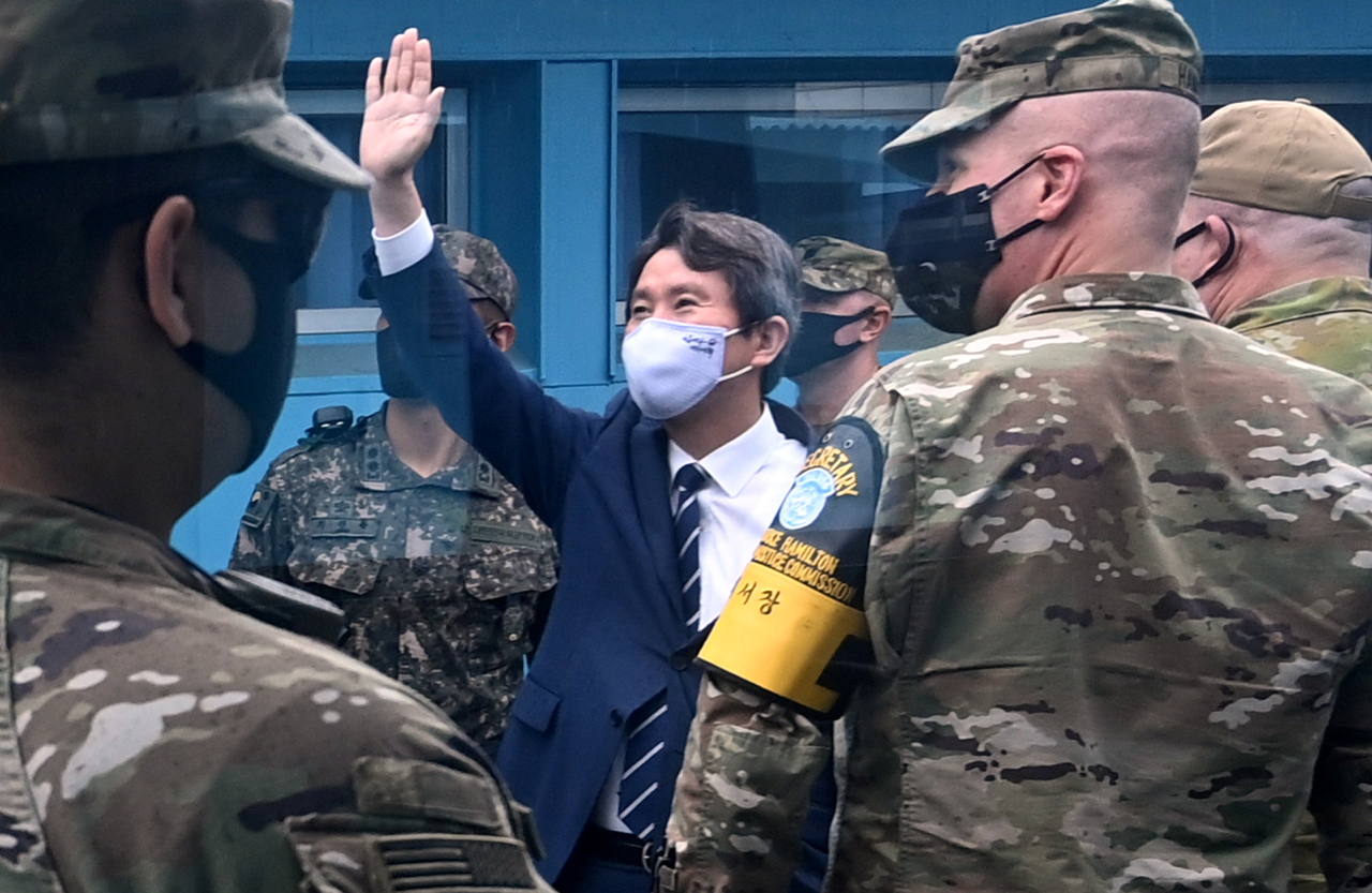The file photo taken Sept. 16, 2020, shows Unification Minister Lee In-young waving toward North Korean soldiers during a visit to the inter-Korean truce village of Panmunjom in Paju, north of Seoul. (Yonhap)