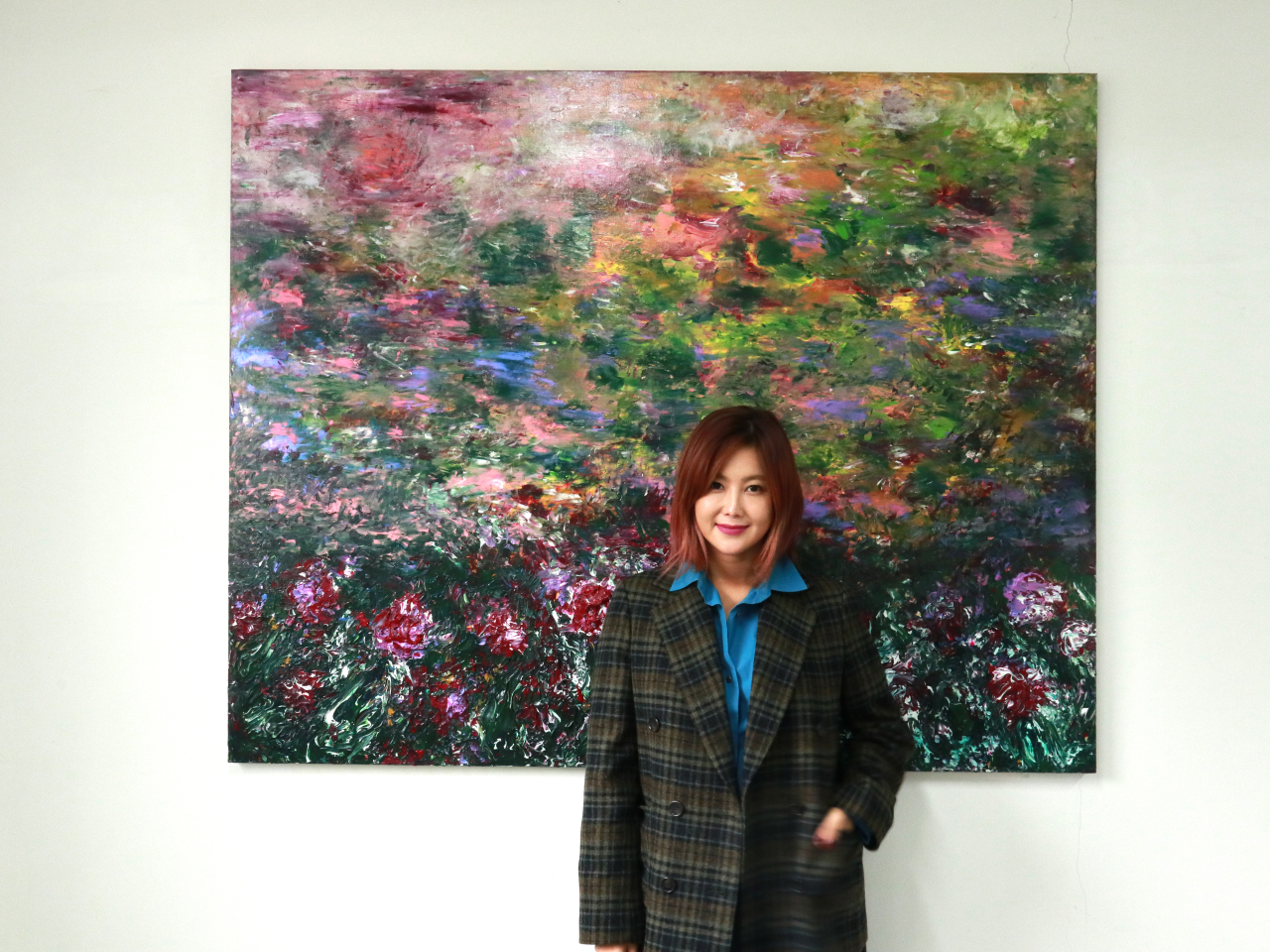 Artist Kwon Ji-an poses in front of her new finger painting series (M.A.P Crew)