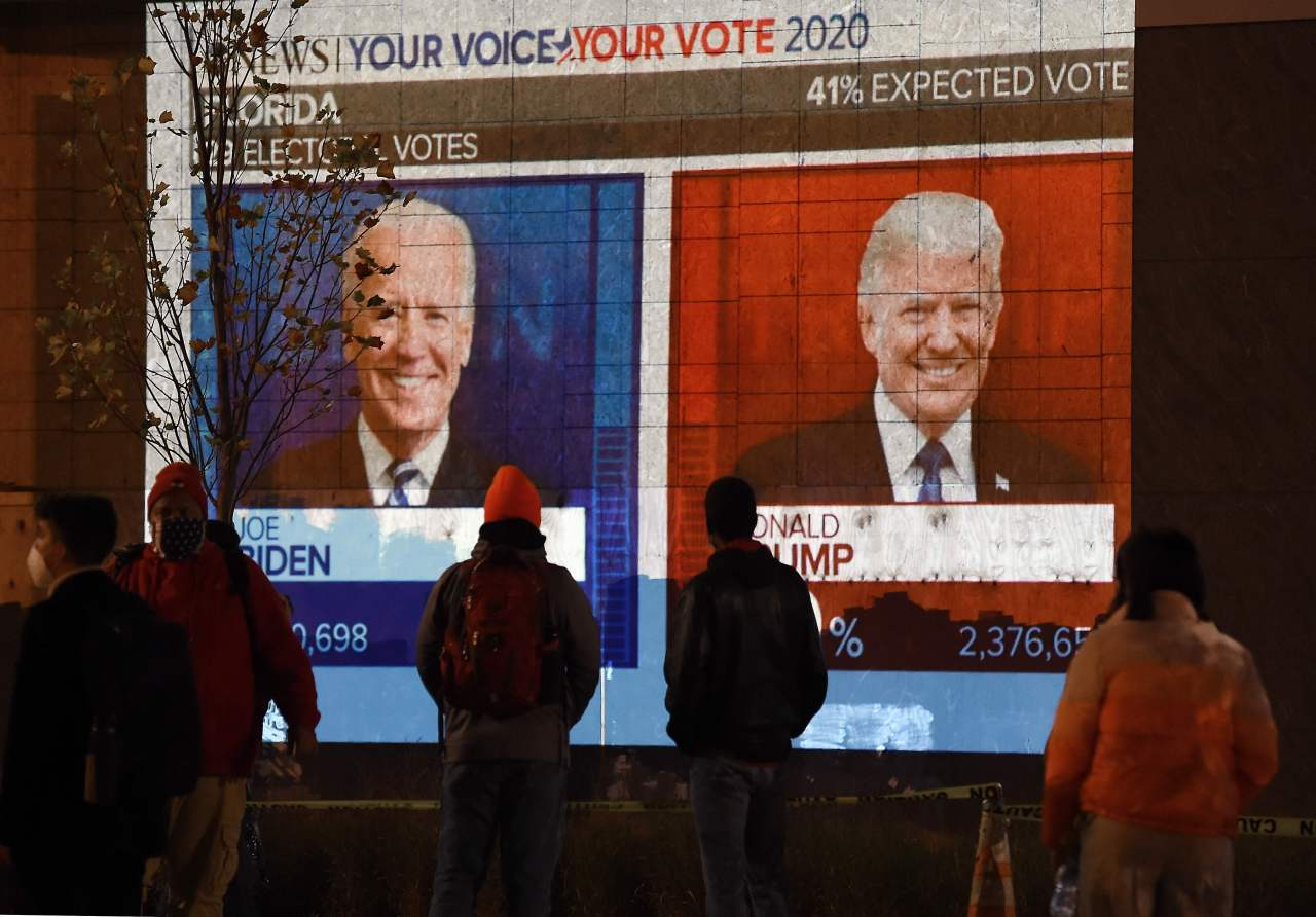 People watch the US election results in Washington DC on Wednesday. (AFP-Yonhap)