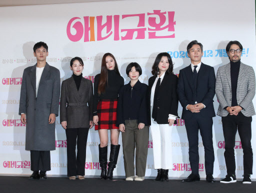 (From left) Shin Jae-hwi, Kang Mal-geum, Jung Soo-jung, Choi Ha-na, Jang Hye-jin, Choi Duk-moon and Lee Hae-young pose for photographs during a press conference at CGV Yongsan, in Seoul on Tuesday. (Yonhap)