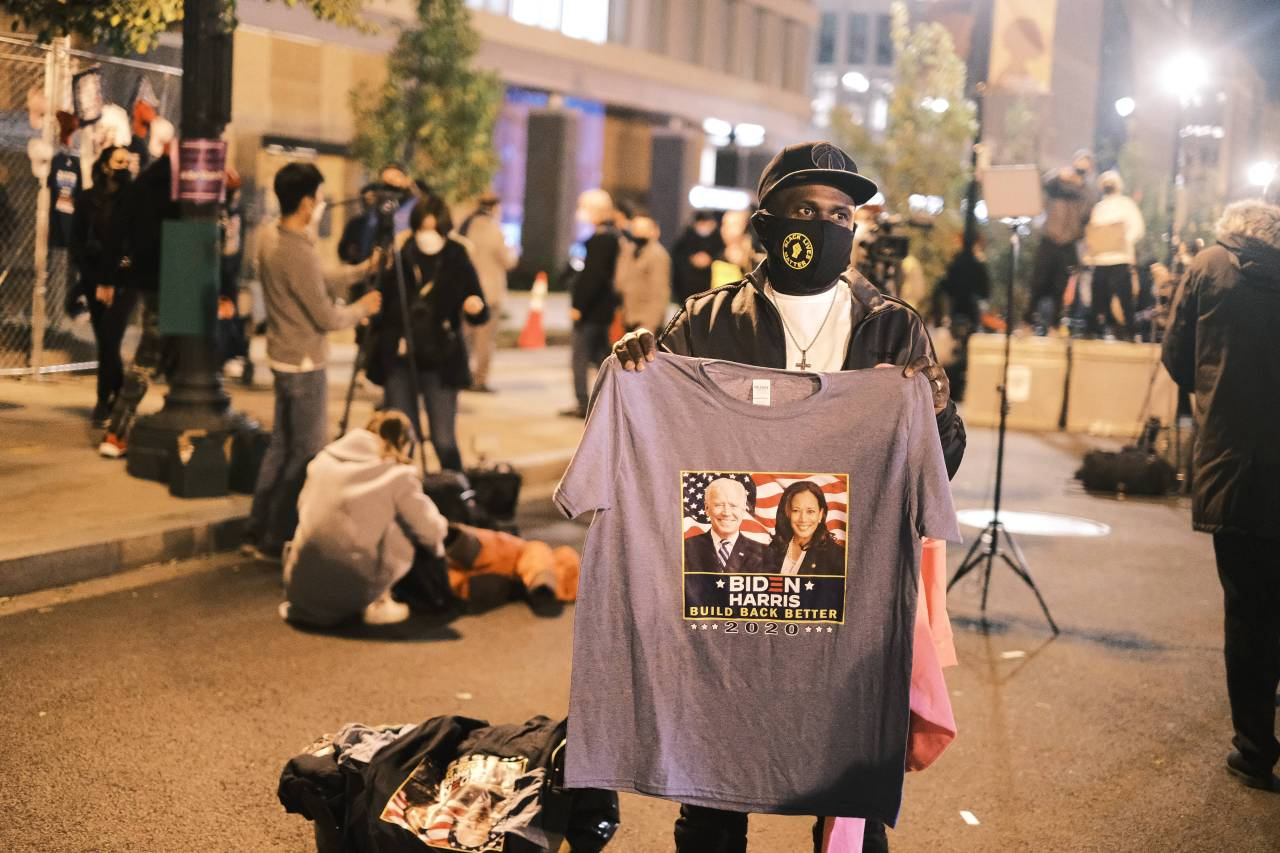 A man holds up a Biden/Harris t-shirt for sale at the Black Lives Matter Plaza on Tuesday in Washington, DC. After a record-breaking early voting turnout, Americans head to the polls on the last day to cast their vote for incumbent US President Donald Trump or Democratic nominee Joe Biden in the 2020 presidential election. (AFP-Yonhap)