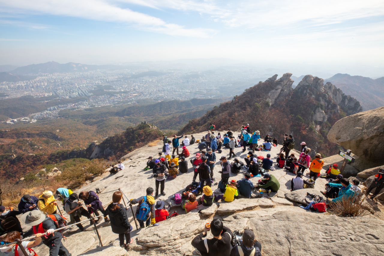 Many hikers crowd the top of Bukhansan in Seoul on Oct. 25. (Yonhap)