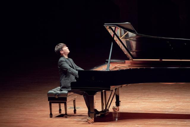 Pianist Cho Seong-jin performs at the Seoul Arts Center in southern Seoul on Wednesday. (Credia)