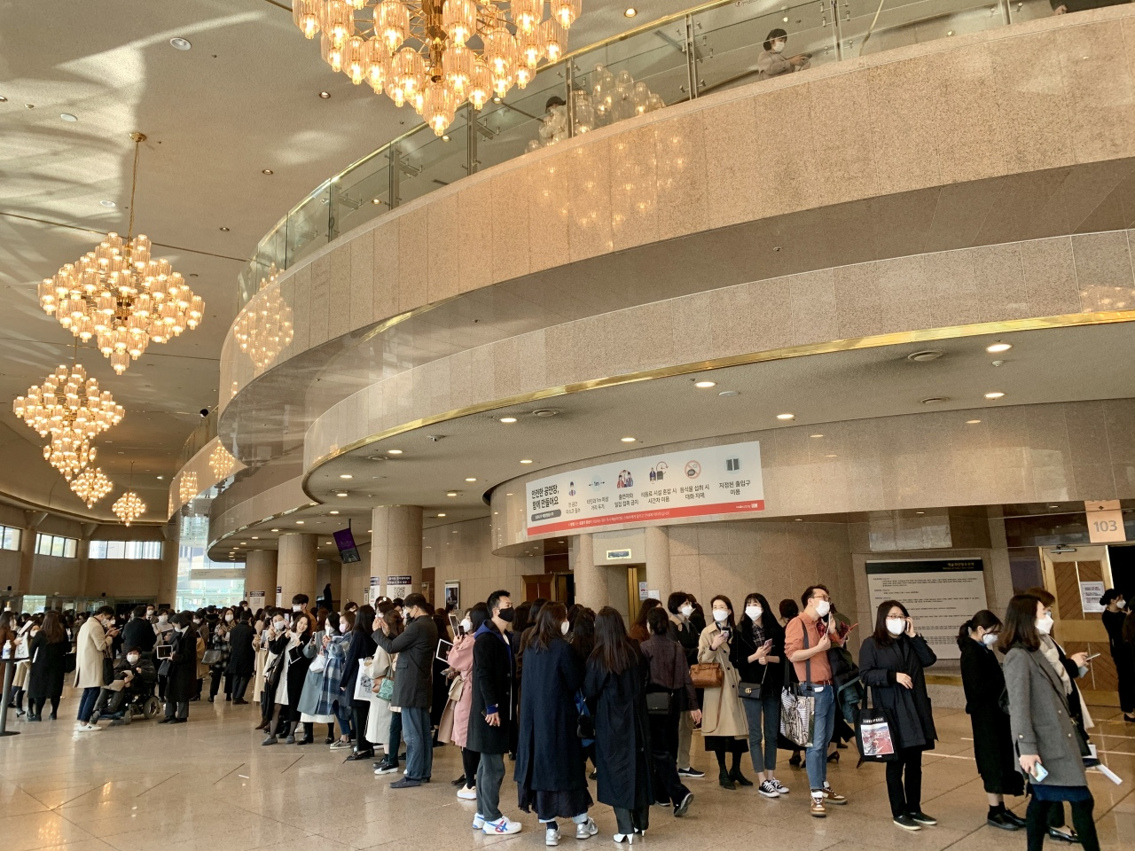 Audience members line up to purchase Cho Seong-jin's autographed album prior to Wednesday afternoon's recital. (Im Eun-byel / The Korea Herald)