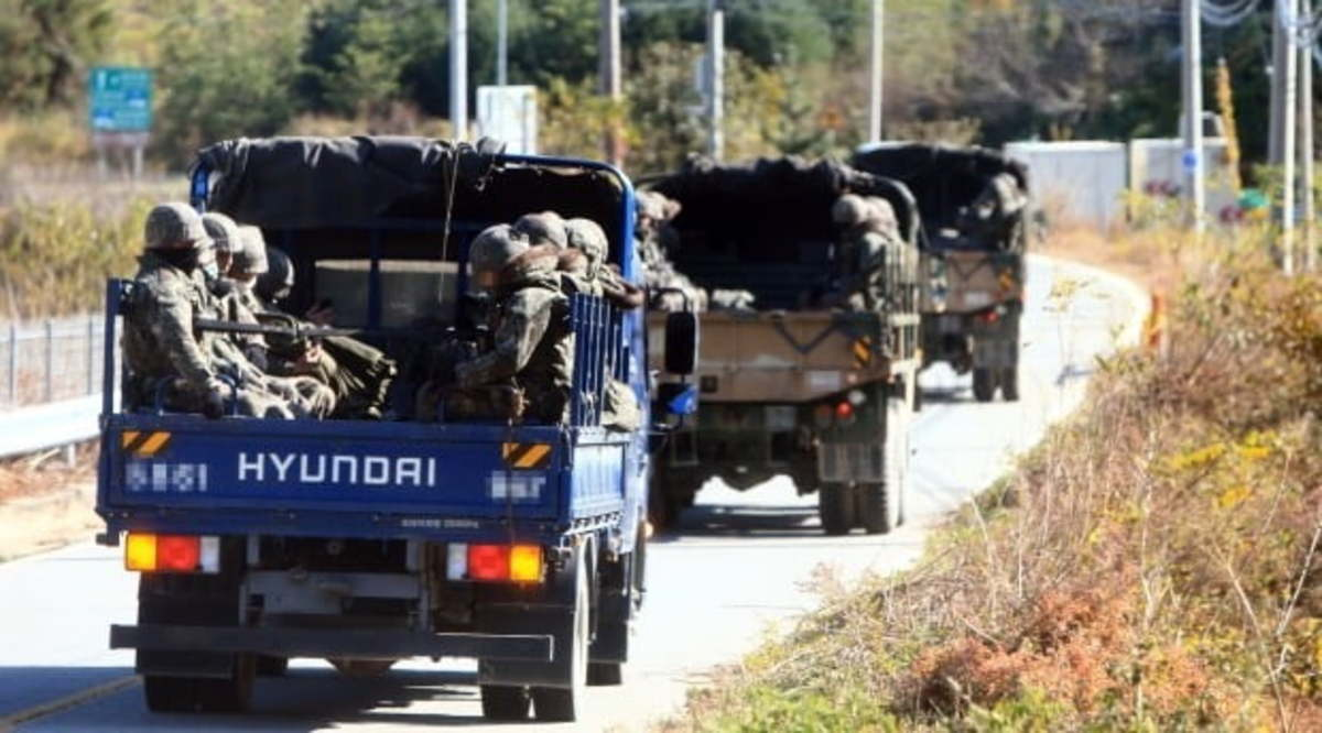 Trucks carrying troops moving in the eastern county of Goseong. (Yonhap)
