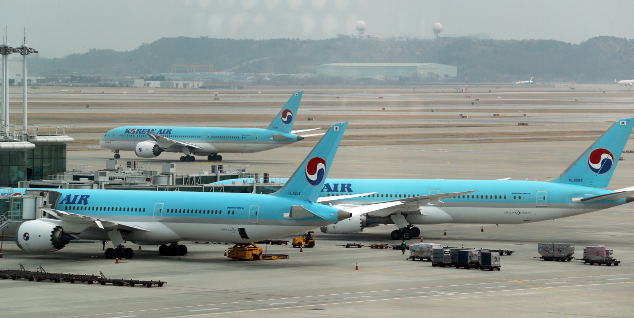 Korean Air Lines carriers are parked at Incheon International Airport (Yonhap)