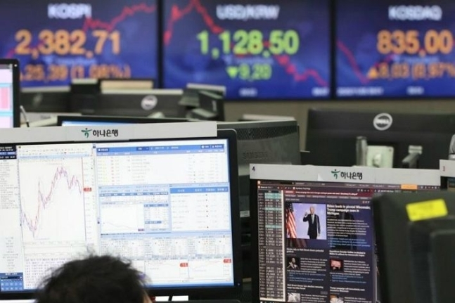 News of the US presidential election appears on a dealer's monitor in Hana Bank's dealing room in Jung-gu, Seoul, on Thursday. (Yonhap)