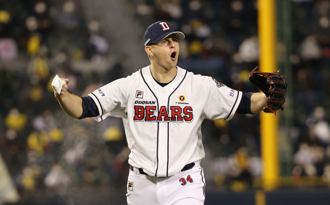 Chris Flexen of the Doosan Bears fires up the crowd after completing the top of the sixth inning of Game 1 of the Korea Baseball Organization first-round playoff series against the LG Twins at Jamsil Baseball Stadium in Seoul on Wednesday. (Yonhap)