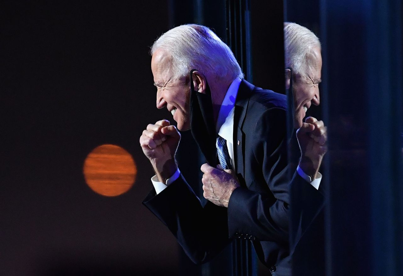 US President-elect Joe Biden gestures to the crowd after he delivered remarks in Wilmington, Delaware, on Saturday. - Democrat Joe Biden was declared winner of the US presidency Saturday, defeating Donald Trump and ending an era that convulsed American politics, shocked the world and left the United States more divided than at any time in decades. (AFP-Yonhap)
