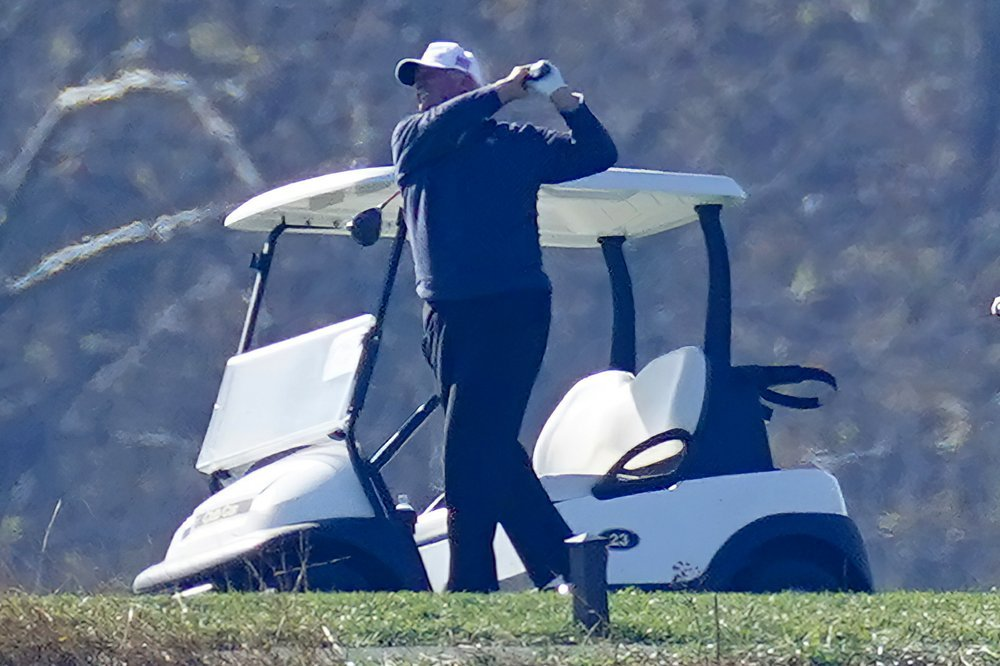President Donald Trump plays a round of Golf at the Trump National Golf Club in Sterling Va., on Sunday. (AP-Yonhap)