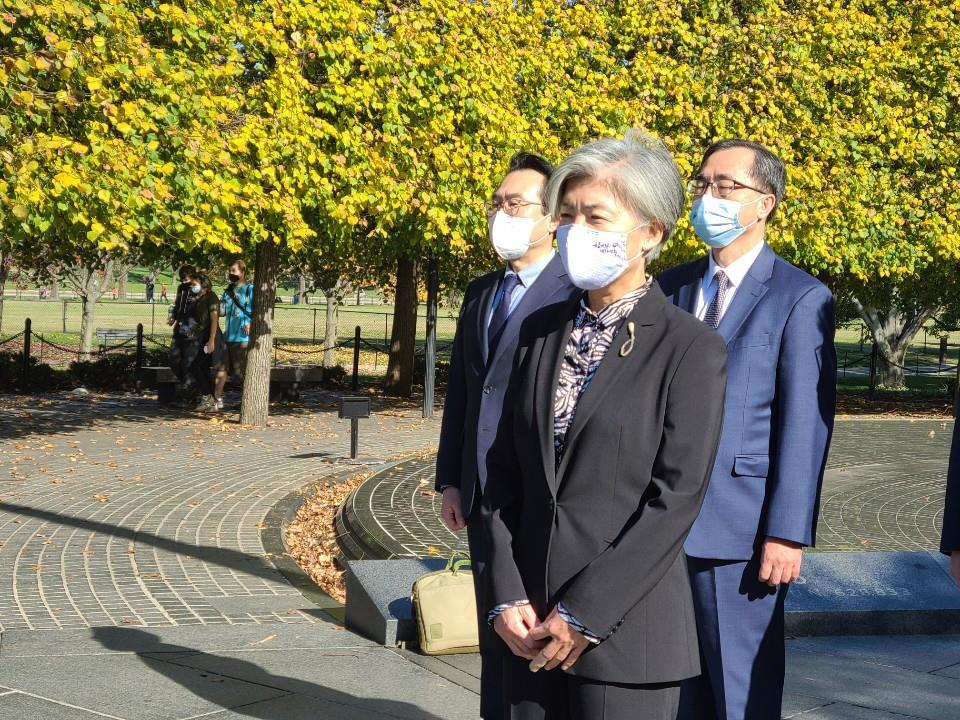 South Korean Foreign Minister Kang Kyung-wha (front) visits the Korean War Veterans Memorial in Washington on Sunday, to pay tribute to American soldiers killed in action during the 1950-53 Korean War. (Yonhap)