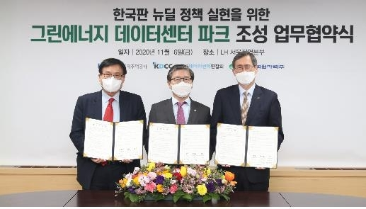 Hyeon Chang-heum, president of Korea Land & Housing Corp., Chung Jae-hoon, president of Korea Hydro & Nuclear Power, and Gang Jung-hyup, chairman of Korea Data Center Council, pose for a photograph after signing a memorandum of understanding to build a green energy-based data center park on Friday in Seoul.(LH)