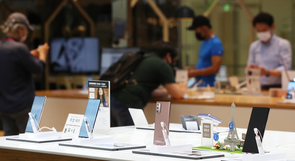 This photo taken on Aug. 7, 2020, shows Samsung Electronics Co.'s Galaxy Note 20 smartphones displayed at a store in Seoul. (Yonhap)