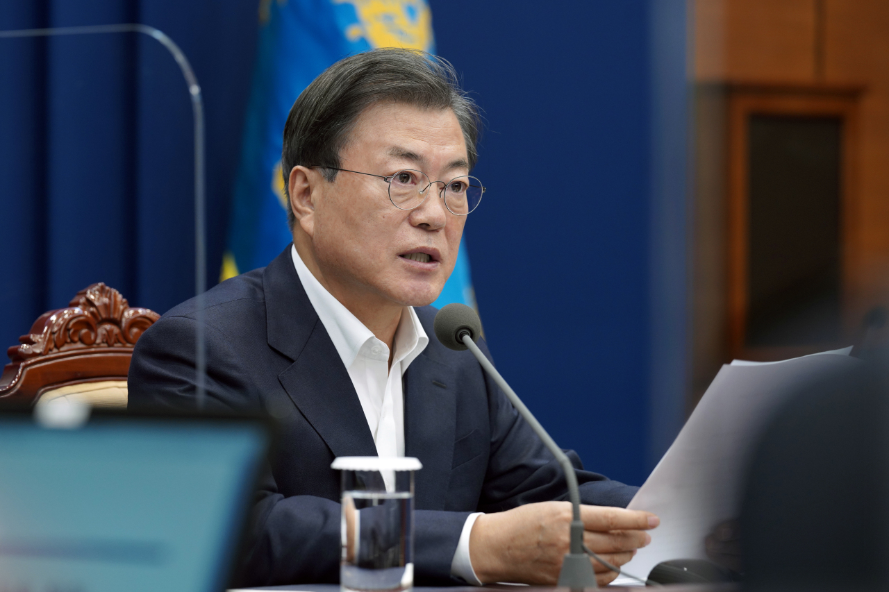 President Moon Jae-in speaks at the meeting with senior aides on Monday. (Yonhap)