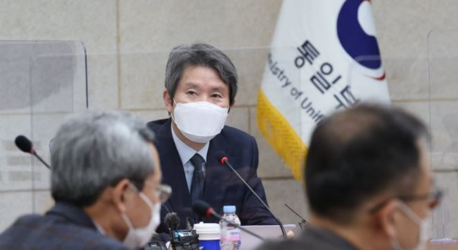 Unification Minister Lee In-young speaks during a press meeting held at the ministry's inter-Korean dialogue office in Seoul. (Yonhap)