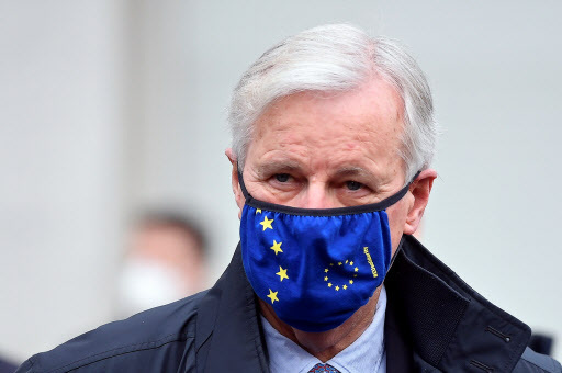 European Union's chief Brexit negotiator Michel Barnier wearing a face mask arrives for a meeting in London, Britain, on Monday. (Reuters-Yonhap)