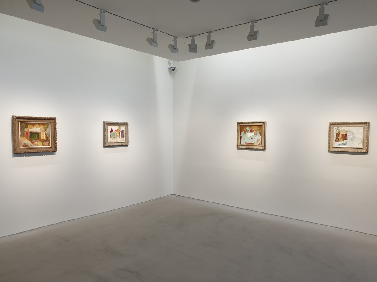 """Installation view of """"apples and triangles"""" at Gana Art Nineone (Park Yuna/The Korea Herald)"""
