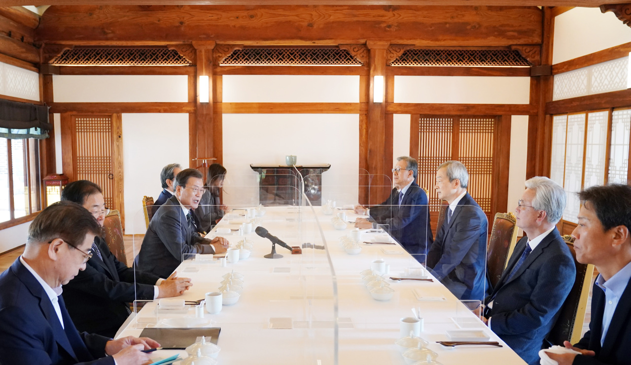 President Moon Jae-in (3rd from L) talking to diplomatic veterans during a luncheon meeting at the presidential office in Seoul on Wednesday. (Cheong Wa Dae)