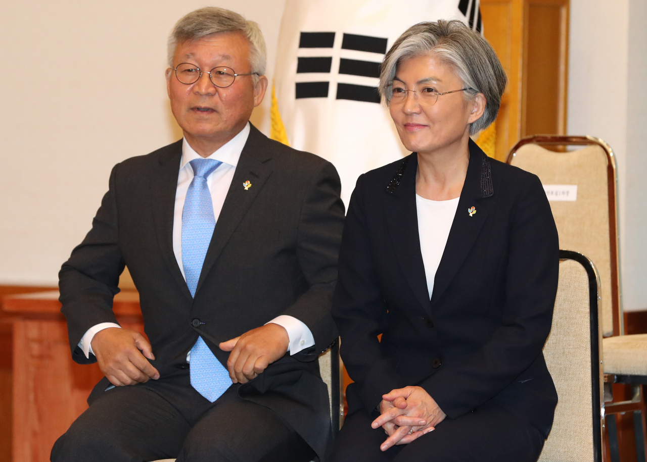 Foreign Minister Kang Kyung-wha (R) and her husband, Lee Yill-byung, attend a ceremony to receive a letter of appointment at the presidential office Cheong Wa Dae on June 18, 2017. (Yonhap)