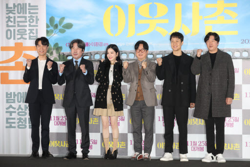 From left: Kim Byung-chul, Oh Dal-su, Lee Yoo-bi, director Lee Hwan-kyung, Jung Woo and Kim Hee-won pose after a press conference at CGV Yongsan in Seoul on Wednesday (Yonhap)