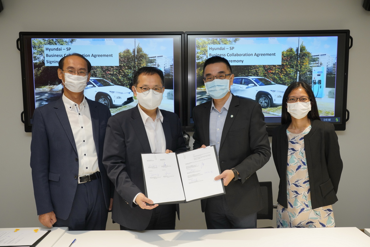 Chung Hong-beom (second from left), Hyundai Motor's SF Innovation Center chief, and Chuah Kee Heng (third from left), CEO of SP Group's eco-friendly energy division, pose for a photo after a business partnership ceremony at the SP Group headquarters on Thursday. (Hyundai Motor)