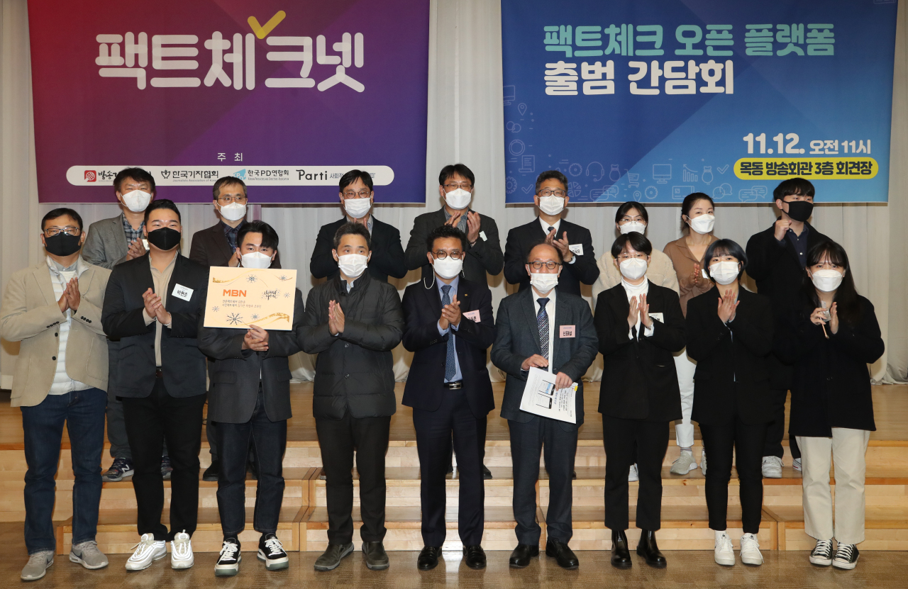 Members of Fact-Check Net pose for photos during a news conference in Seoul on Nov. 12, 2020, to announce the launch of the online platform. (Yonhap)