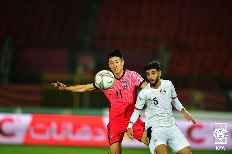 Cho Gue-sung of South Korea (L) battles Mohamed Abdel-Salam of Egypt for the ball during their under-23 men's football friendly match at Al Salam Stadium in Cairo on Thursday. (Korea Football Association)