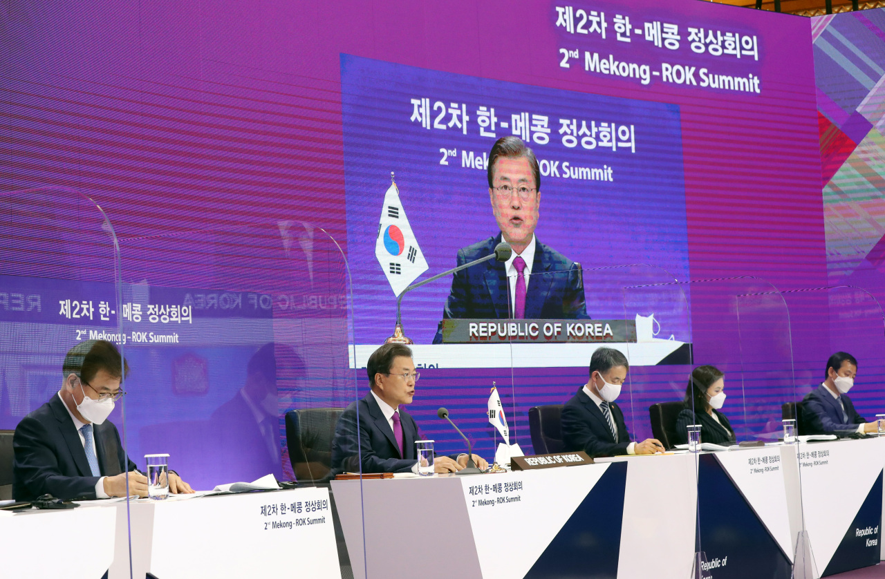 South Korean President Moon Jae-in (far L) speaks during a summit between South Korea and five Southeast Asian nations along the Mekong River -- Cambodia, Laos, Myanmar, Thailand and Vietnam -- via video links at the presidential office Cheong Wa Dae in Seoul on Friday. (Yonhap)