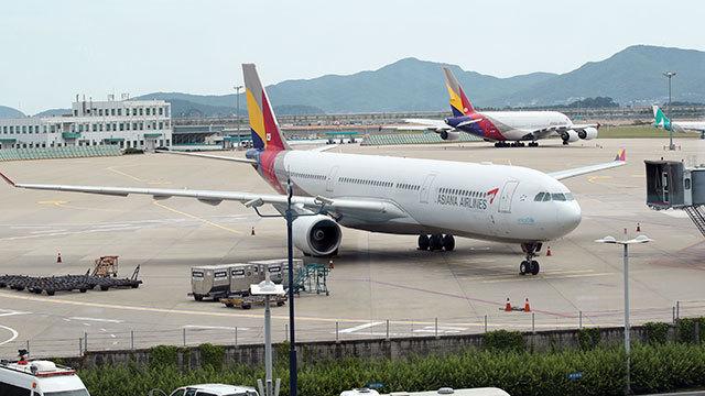 Asiana Airlines aircraft sits at Incheon International Airport (Yonhap)