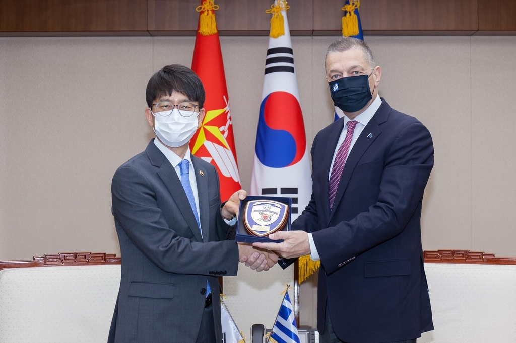 South Korea's Vice Defense Minister Park Jae-min (L) and his Greek counterpart, Alkiviadis Stefanis, pose for a picture ahead of their bilateral meeting in Seoul on Friday. (Ministryof NationalDefense)