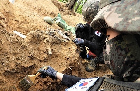 Soldiers excavate the remains believed to be from a South Korean soldier killed in the 1950-53 Korean War at Arrowhead Ridge in the central section of the Demilitarized Zone in Cheorwon, Gangwo Province, in this photo released by the defense ministry on May 8. Since the military resumed the excavation project for this year on April 20, it has discovered a total of 23 pieces of bones and 3,426 articles at the ridge, a site of fierce battles in the three-year conflict. (Yonhap)