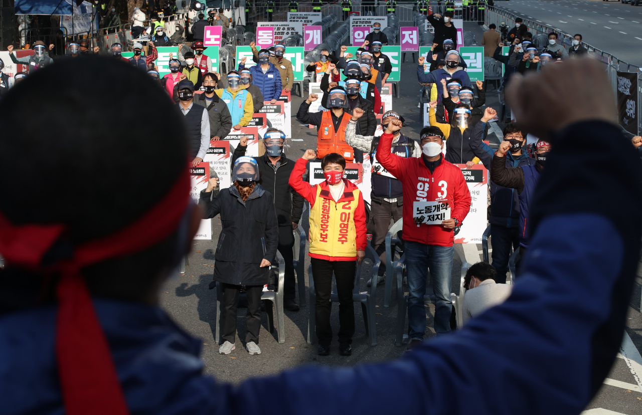 Labor activists from the Korean Confederation of Trade Unions chant while participating in a rally at Yeouido, western Seoul, on Saturday. (Yonhap)